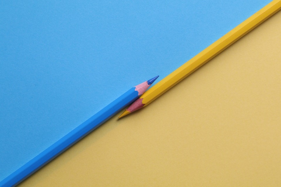 yellow and and blue colored pencils 1762851 2 copie copie copie